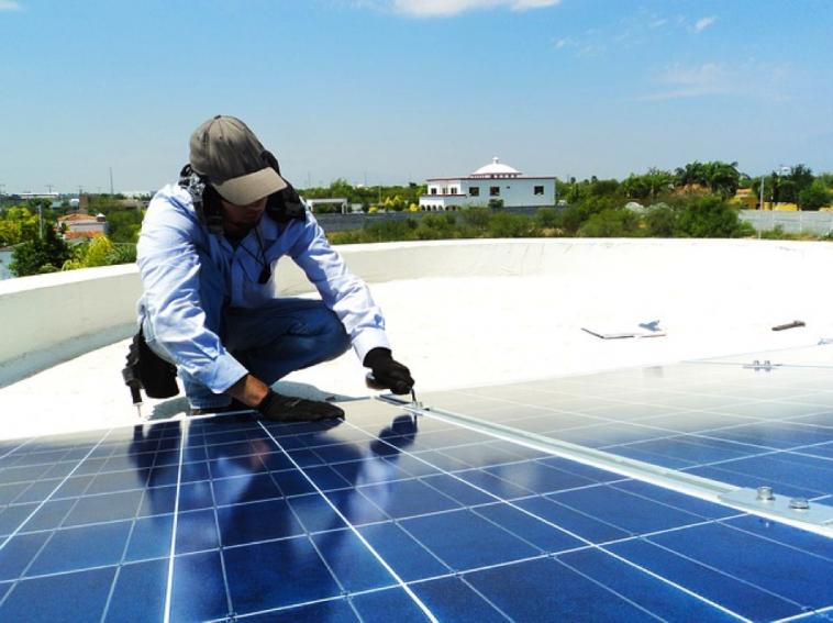 Les centrales solaires produisent durant le jour, mais les besoins en électricité s'expsolaire en afrique/Technicien en Electricité Solaire