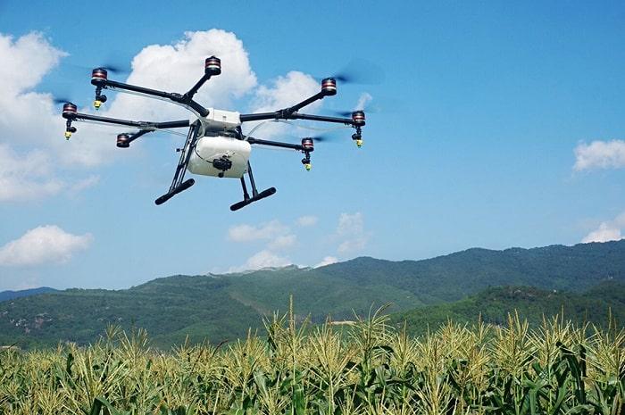 développement agricole/Selon une étude du cabinet BearingPoint, l'utilisation d'applications mobiles, notamment, pourrait apporter davantage d'efficacité à l'agriculture africaine. D'ici à 2050, la population africaine sera passée de 1,2 à plus de 2,5milliards d'habitants. L'enjeu majeur sera de nourrir deux fois plus d'Africains, alors que l'agriculture sur le continent est cinq à six fois moins productive que la moyenne mondiale. Aujourd'hui encore, l'insécurité alimentaire sévit dans de nombreux pays. Mais les solutions apportées par les nouvelles technologies pourraient changer la donne, selon une étude du cabinet Bearing Point intitulée «Le nouvel or vert de l'Afrique». A l'heure actuelle, la plus grande partie de la nourriture consommée en Afrique provient de 250millions de petites exploitations familiales disposant de faibles moyens. La filière agricole est tellement peu organisée que 40 à 70% des récoltes sont jetées, faute de lisibilité de l'offre et de la demande: par exemple, les meuniers n'achètent qu'une partie des productions car ils doutent pouvoir vendre à l'échelon suivant. La plupart des pays africains sont donc contraints d'importer du riz, du maïs ou du blé pour combler ce manque. Ainsi, en Côte d'Ivoire, bien que les riziculteurs produisent l'équivalent de ce que la population consomme, 50% du riz consommé est importé d'Asie. BearingPoint Une aberration qui pourrait être résolue par la mise en place d'une plateforme numérique, plaide Jean-Michel Huet, associé chargé du développement international et de l'Afrique chez BearingPoint. En réunissant tous les acteurs du secteur, celle-ci, conçue par exemple sous la forme d'une application mobile, encouragerait la circulation de l'information, rassurerait les acheteurs sur les possibilités d'écoulement et permettrait au monde paysan de vendre l'intégralité de sa production. Des revenus multipliés par deux A la clé, les agriculteurs pourraient multiplier par deux leurs rentrées d'argent. En Afrique, ceu
